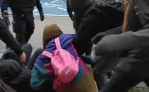 Policjanci zepchnęli siłą dziewczyny z ulicy