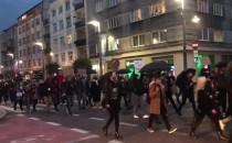 J... ć PiS skandują protestujący na...