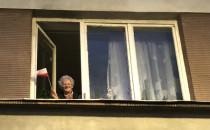 Starsza pani w oknie tez popiera protest