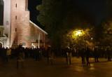 Kordon policji przed katedrą oliwską i modlitwy