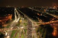 Tłum ludzi idzie w stronę Wrzeszcza - widok z drona