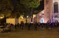 Tłum ludzi w obstawie policji pod Katedrą Oliwską