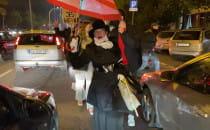 Starsza pani popiera protestujących w autach
