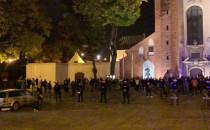 Tłum ludzi w obstawie policji pod Katedrą...