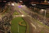Tłum ludzi i sznur aut krąży między Zieleniakiem i Huciskiem