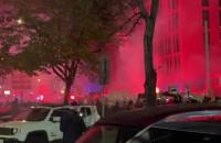Protestujący odpalili race na 10 Lutego