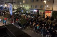 Tłum przelewa się ul. Świetojanską