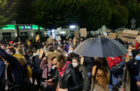 Tłum protestujących przemieszcza się Piłsudskiego w Gdyni
