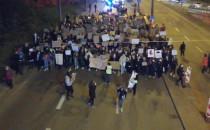 Protest schodzi ze Śląskiej w stronę...