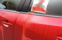 Zniszczony samochód popierającego strajk kobiet