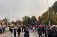 Manifestanci zbierają się pod budynkiem Rady Miasta