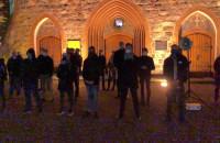 Kontrmanifestacja przed kościołem w Sopocie