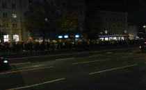 Protestujący idą al. Grunwaldzką w kier....