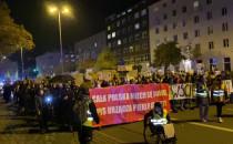 Protestujący w Gdyni idą pod urząd miasta