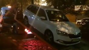 Laweta zabiera porzucone auto w centrum Gdańska
