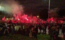 Tłum protestujących na Skwerze w rytmie...