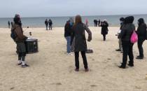 Protestujący bębniarze na plaży w Jelitkowie