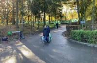 Pierwsi odwiedzajacy na Cmentarzu Łostowickim w Gdańsku