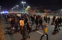 Protestujący dotarli na wiadukt przy Zieleniaku