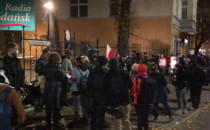 Protestujący zbierają się na al....
