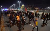 Protestujący dotarli na wiadukt przy...