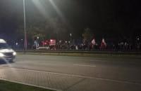 Protestujący idą przez Gdańsk