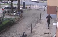 Złodziej kradnie rower z posesji