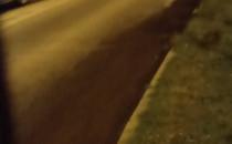Woda płynie z pod chodnika