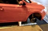 Ukradł koła, samochód oparł na cegłach