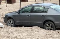 Wjechali na plażę. Passat utknął w piachu
