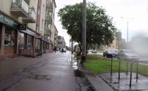 Autem po chodniku pomiędzy pieszymi