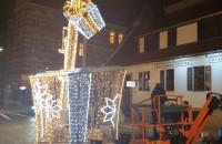 Montują świąteczny dźwig na Stągiewnej