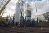 Ustawianie zbiornika na tlen przy Szpitalu św. Wojciecha