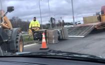 Mini-walec spadł z ciężarówki na wysokości...