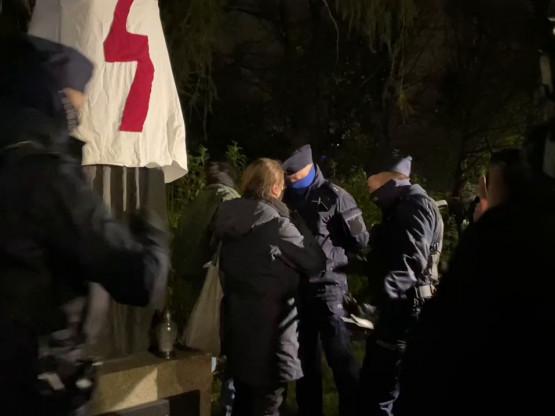 Policja interweniuje przy pomniku Konopnickiej
