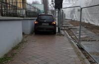 Auta jeżdżą po chodniku