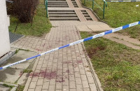 Ślady krwi i policyjna taśma pod blokiem na Morenie