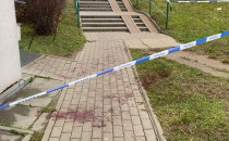 Ślady krwi i policyjna taśma pod blokiem...
