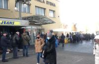 Spora kolejka do hali rybnej w Gdyni