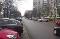 Kobieta na ulicy zamiast na chodniku