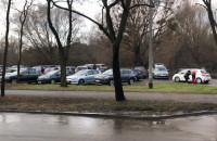 Pełen parking przy plaży w Brzeźnie