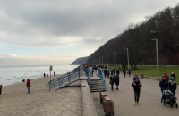 Tłumy spacerowiczów na bulwarze w Gdyni