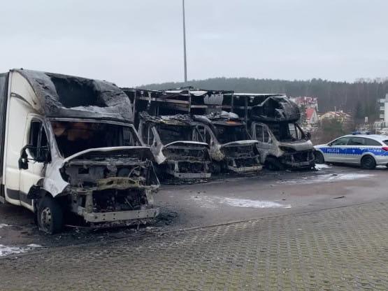 Skutki pożaru 5 dostawczaków