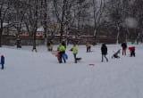 Zimowe zabawy na górce w Nowym Porcie