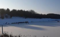 Jeżdżą na łyżwach po zbiorniku Ujeścisko