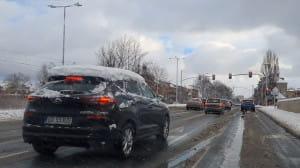 Taka czapka śniegu na samochodzie to ...