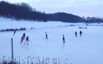 Amatorzy hokeja korzystają z naturalnego...