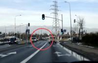 Moment zderzenia dwóch aut na Wilanowskiej