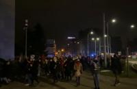 Protestujący pod Pomnikiem Poległych Stoczniowców