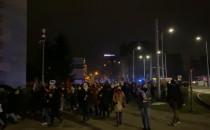 Protestujący pod pomnikiem poległych...